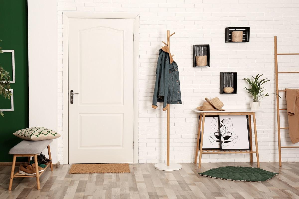La colocación de muebles auxiliares y elementos decorativos ayuda a disimular los registros